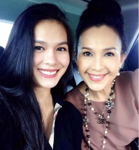 Hai mẹ con có nhiều sự đồng điệu nên thân thiết giống như hai chị em gái vậy.