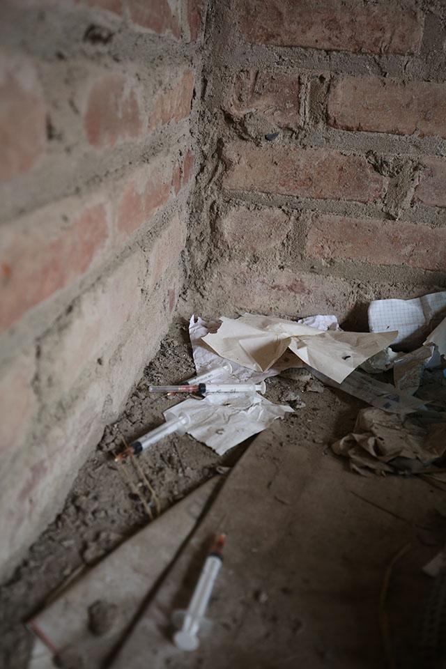 Mọi ngóc ngách trong ngôi biệt thự, đâu đâu cũng thấy dấu vết của những cây kim tiêm.