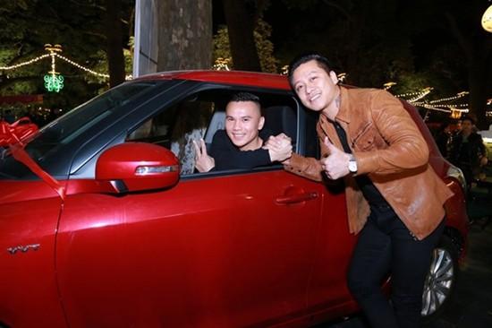 Thấy nhạc sĩ Tú Dưa mỗi lần về quê phải bắt xe khách vất vả, Tuấn Hưng hào phóng mua tặng bạn thân một chiếc Suzuki Swift có giá 700 triệu đồng.