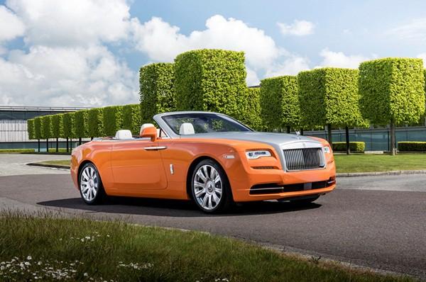 Chiếc Rolls-Royce Dawn màu cam đắt hơn, ở mức 445.750 USD (~10,1 tỷ VNĐ). Chiếc xe được đặt tên theo thành phố Saint-Tropez và có nội thất đậm nét.