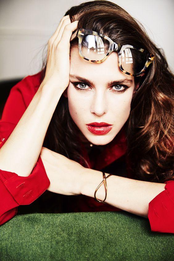 Charlotte Casiraghi khoe vẻ đẹp cá tính, sanh trọng trong một bức hình tạp chí.