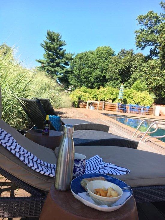 Trong khuôn viên còn có bể bơi và khu vực tắm nắng như một khu nghỉ dưỡng.
