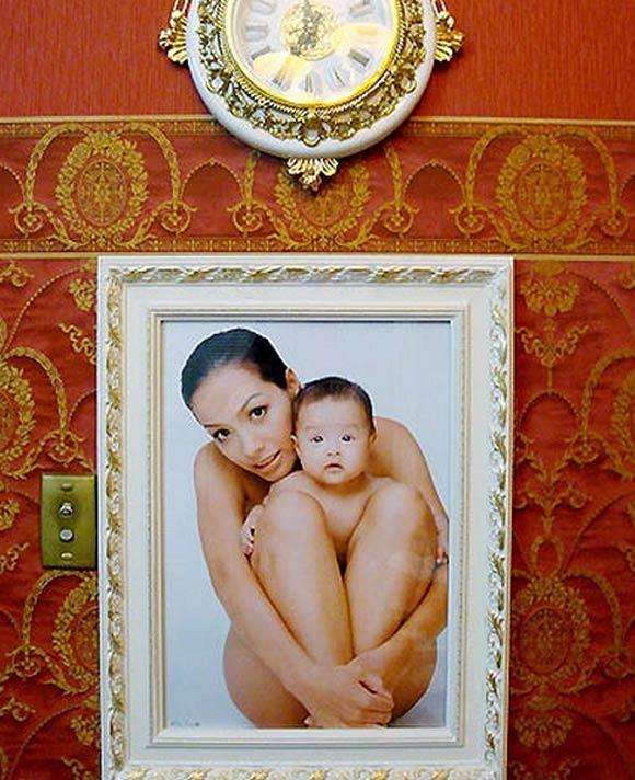 Trong ảnh là hình Thúy Hạnh chụp cùng con theo phong cách nude rất được các sao thế giới ưa chuộng hiện nay.