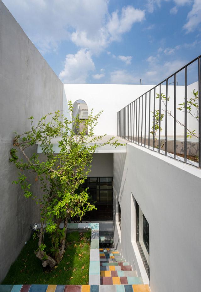 Tầng thượng được tận dụng làm một vườn cây xanh rợp bóng , giảm hấp thụ nhiệt cho các tầng phía dưới.