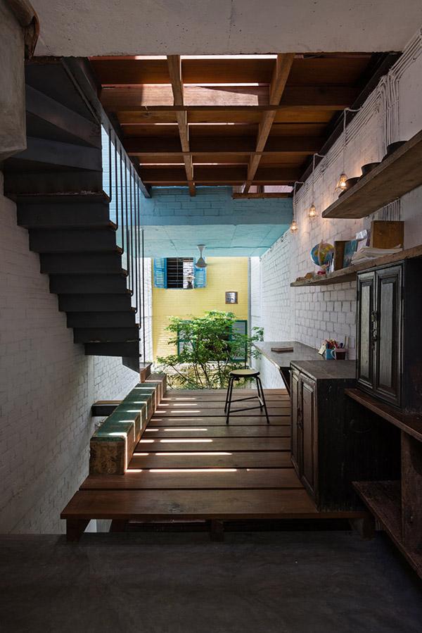 Khoảng đệm nối các căn hộ nhỏ trong nhà luôn là những hành lang gỗ thoáng mát.