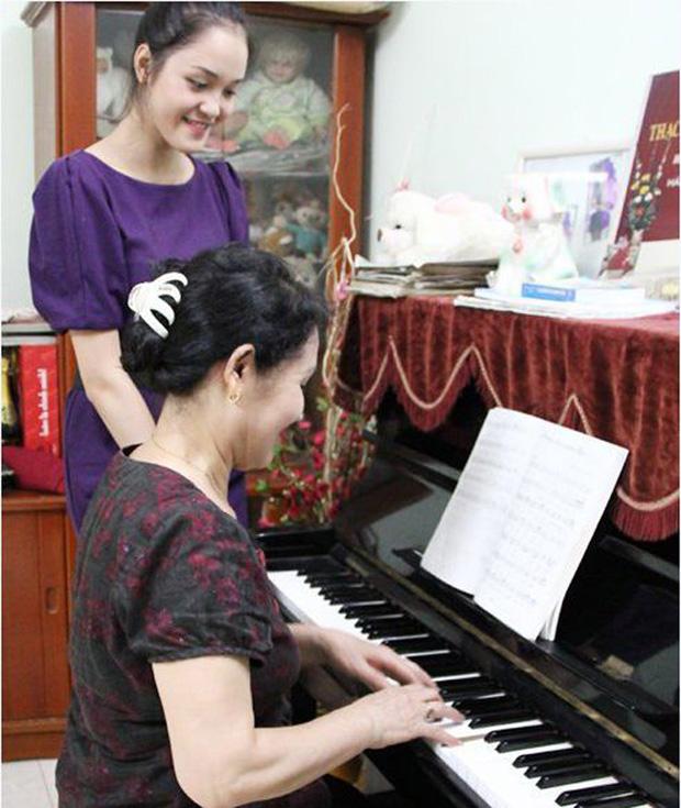 Bố mẹ và anh trai người đẹp cùng sống ở căn nhà tập thể này. Đồ đạc trong nhà giản dị nhưng không thể thiếu chiếc đàn piano.