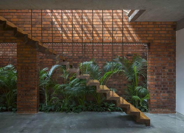 Cầu thang bằng bê tông và thép tạo nên tính hiện đại cho công trình.