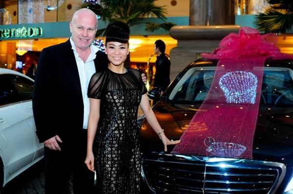 Thu Minh cùng ông xã bên chiếc xe Mercedes