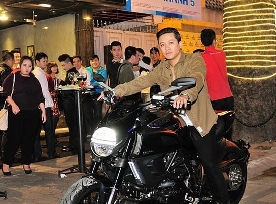 Không chỉ đam mê xế hộp, Tuấn Hưng còn sở hữu nhiều chiếc mô tô đắt giá. Đơn cử như chiếc Ducati Diavel Cromo giá khoảng 720 triệu đồng được anh sắm vào cuối năm 2013.