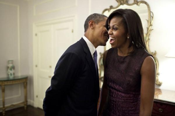 Ông Obama nói thầm với vợ trong giờ giải lao khi dự sự kiện tại Đại hội đồng Liên Hiệp Quốc năm 2011.