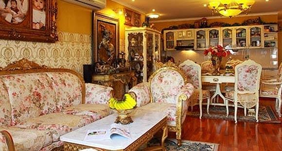 Ánh vàng được chọn làm tông màu chủ đạo để làm bật lên không gian Châu Âu và tô điểm thêm cho những nội thất cổ điển trong căn nhà.