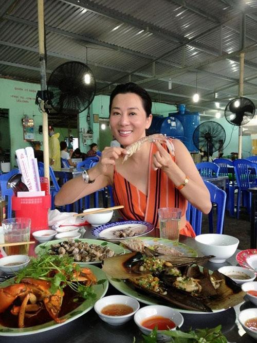 MC Kỳ Duyên để mặt mộc, ăn mặc giản dị khi đi thưởng thức hải sản mỗi khi về Việt Nam. Cô cũng gọi trà đá uống giải khát như bao người khác.