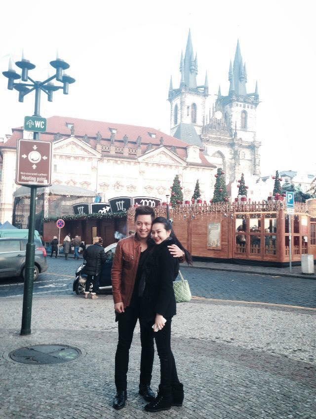Anh thường xuyên đưa vợ đi du lịch khắp nơi.