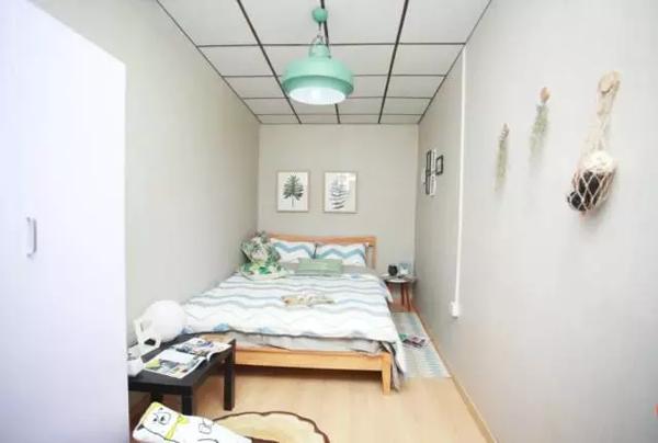 Căn phòng sau khi được cải tạo trông sáng sủa và đẹp mê mẩn, khác xa một trời vực với căn phòng cũ tối tăm trước đó.