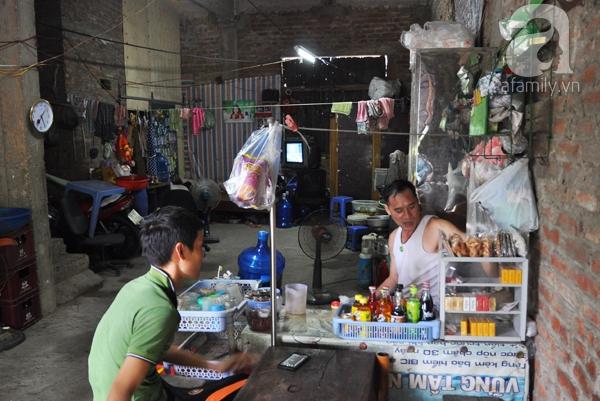 Dưới tầng 1, anh Bình tận dụng làm quán nước bán cho anh em công nhân và người dân xung quanh.
