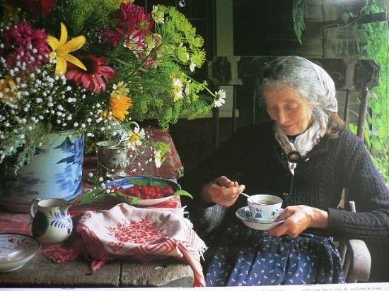 Nữ nhà văn tự do tự tại, an yên tận hưởng cuộc sống tuyệt vời tràn ngập niềm vui bên căn nhà.
