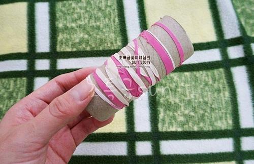 Có thể cuốn nhiều vòng dây vào lõi cuộn giấy vệ sinh làm dụng cụ nhặt tóc rụng trên sàn, trên chăn chiếu.