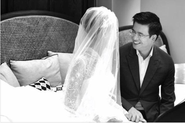Trước khi đám cưới diễn ra, nhà văn Linh Lê - bà xã của nhà báo Quang Minh từng chia sẻ lên trang cá nhân bức hình hạnh phúc của mình và chồng. Đi kèm với hình ảnh này, nữ nhà văn xinh đẹp khiến nhiều người bất ngờ bởi lời tuyên bố hôn sự một cách nhẹ nhàng nhưng không kém phần ngọt ngào: Cũng như tôi, như anh, chúng ta sinh ra để dành tình yêu cho nhau và để kết hôn với nhau - Linh Lê viết.