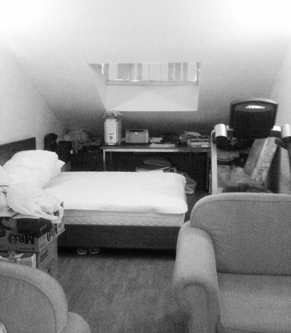 Phòng gủ cũ ẩm thấp và chật chội.