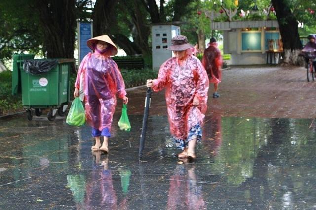 Trong ảnh, các bà nội trợ gặp khó khăn khi đi khi đường vào sáng sớm