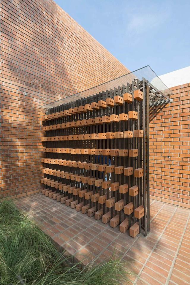 Các bức tường gạch trần mang đến vẻ đẹp vừa truyền thống vừa hiện đại cho không gian.