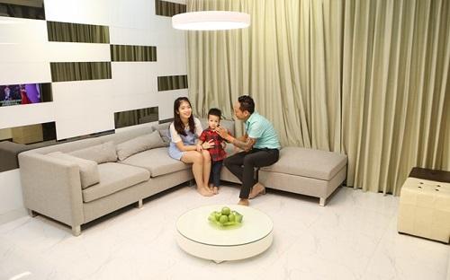 Phòng khách với tông trắng ghi tinh tế.