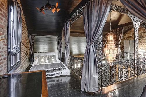 Phòng ngủ rộng rãi, tinh xảo cùng thiết kế sàn bằng gỗ mun