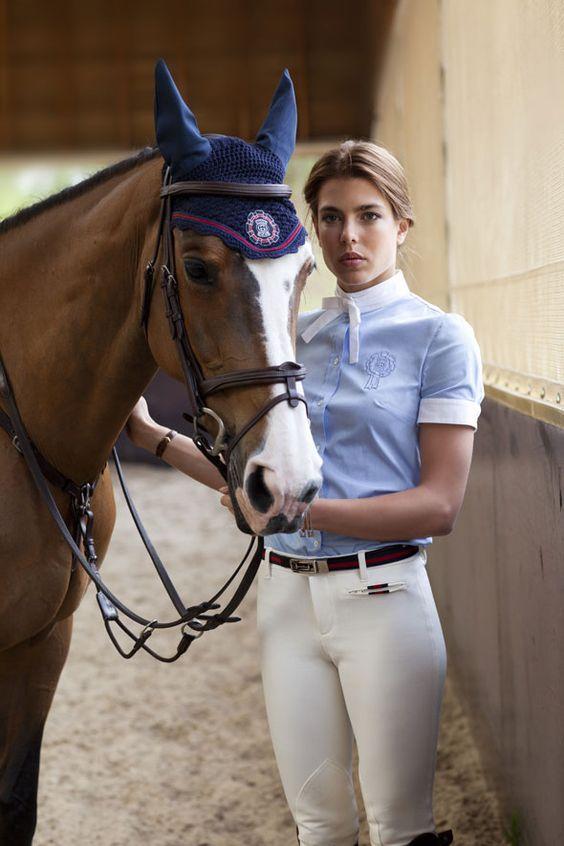 Charlotte dưới hình ảnh là một kỵ binh đích thực.