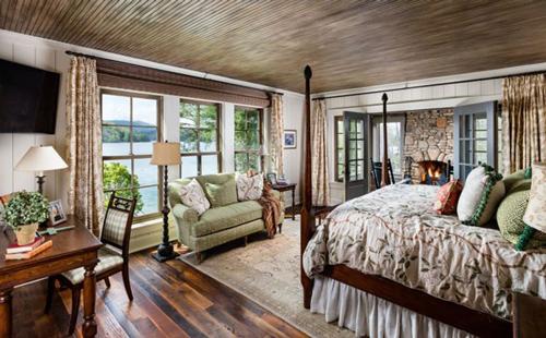 Phòng ngủ lớn với tầm nhìn ra hồ tuyệt đẹp.