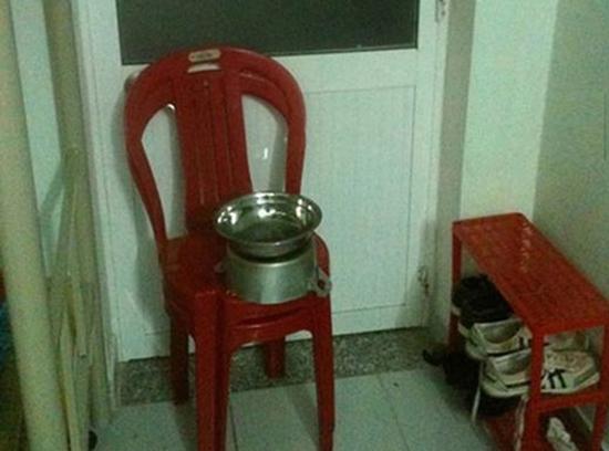 Cách đánh động trộm đơn giản từ ghế và nồi niêu trong nhà.