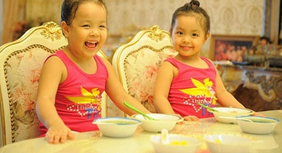 Hai con gái Thúy Hạnh là niềm tự hào của chị. Trong căn nhà, ở khắp nơi đều có hình ảnh của hai cô công chúa đáng yêu này.