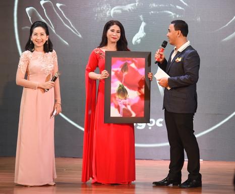 Lý Hương - em gái Lý Hùng và mẹ quyết định mua bức tranh với giá 30 triệu đồng để ủng hộ chương trình. Hai mẹ con nữ diễn viên là một trong số những người đầu tiên nhiệt tình tham gia đêm nhạc từ thiện.