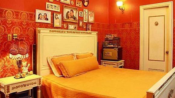 Phòng ngủ của của vợ chồng Thúy Hạnh được thay đổi tông màu bằng cách đổi màu chăn, ga, gối,...