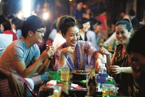Đi ăn ốc, MC Ốc Thanh Vân không quên gọi trà đá để uống giải nhiệt.