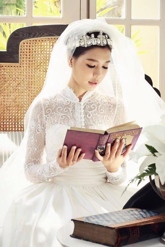 Cô dâu Linh Lê tên thật là Nguyễn Huyền Linh, sinh năm 1986, tại Đà Nẵng, hiện đang sống tại TP. Hồ Chí Minh và Hà Nội. Cô là con gái nhà văn quá cố Đà Linh (Nguyễn Đức Hùng), từng là phó giám đốc NXB Đà Nẵng.