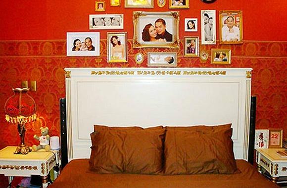 Màu đỏ là tông màu chủ đạo của phòng ngủ, nó giúp khơi gợi tình yêu nồng nàn của hai vợ chồng Thúy Hạnh.