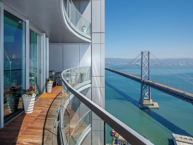 20. Tọa lạc tại một trong những thành phố đẹp nhất thế giới - San Francisco (Mỹ), ban công căn hộ hạng sang này còn sở hữu tầm nhìn hướng ra một cây cầu dài và vịnh biển xanh ngắt.