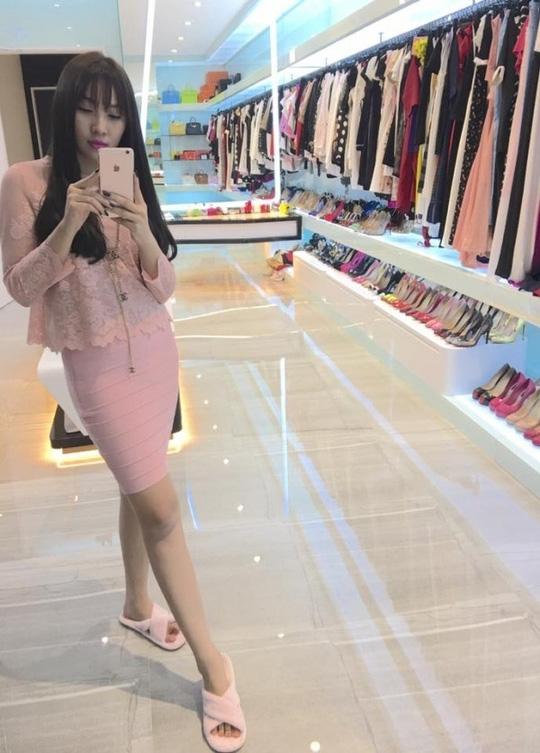 Bức hình chụp trong phòng thay đồ của Ngọc Trinh được người mẫu Quỳnh Thư chia sẻ trên trang cá nhân khiến công chúng xuýt xoa nhìn không rời mắt.