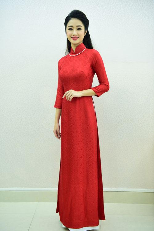 Trong ngày ăn hỏi, Thu Ngân diện bộ áo dài đỏ nền nã của nhà thiết kế Lan Hương có giá 8 triệu đồng.