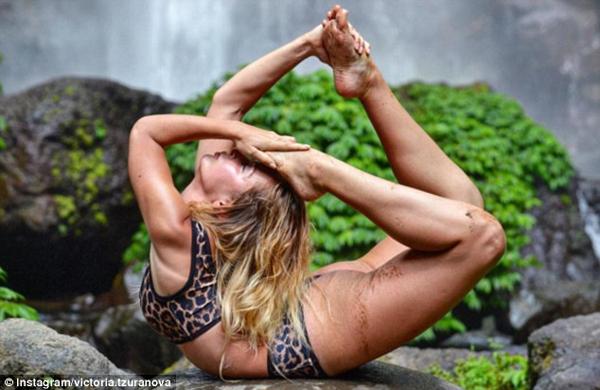 Victoria khoe sự dẻo dai trong một động tác yoga ở Bali.