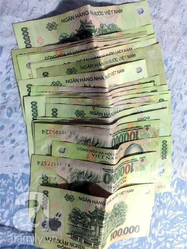 Số tiền bị mắc kẹt trong máy do lỗi hệ thống được người đàn ông đến sau vô tình nhận được. (Ảnh: NVCC)