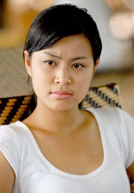 Hoàng Thùy Linh mặt mộc trong một cảnh quay phim.