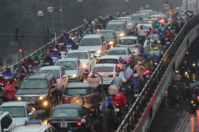 Cầu vượt Thái Hà ken cứng các phương tiện giao thông.