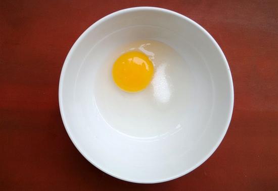 Bước 3: Cho đậu phộng đã xay vào tô trứng rộn đều.