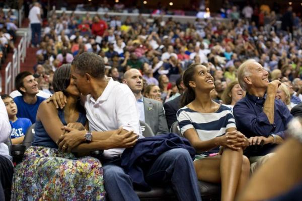 Ông Obama hôn vợ trên khán đài ở Washington hôm 16/7/2012.