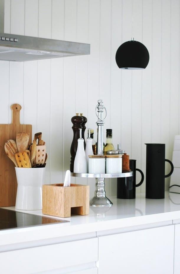 Nếu bạn là người hay nấu ăn tại nhà thì những đồ dụng để đựng các đồ vật là vô cùng cần thiết. Ở đây một khay đựng các lọ gia vị cách điệu vừa đẹp lại đem lại hiệu quả lưu trữ đồ dùng cao. Bên cạnh đó, chiếc hộp gỗ nhỏ cũng giúp bạn giữ được khá nhiều muỗn, thìa đấy.