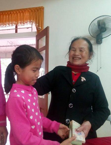 Cháu Nguyễn Thị Lan Anh trao trả số tiền gần 40 triệu đồng cho chủ nhân đánh rơi.