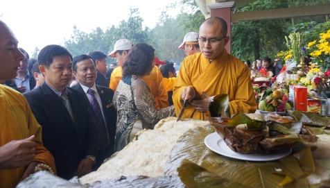 Sau nghi lễ, chiếc bánh được chia cho người dân địa phương và khách thập phương. Ảnh: V.Đồng