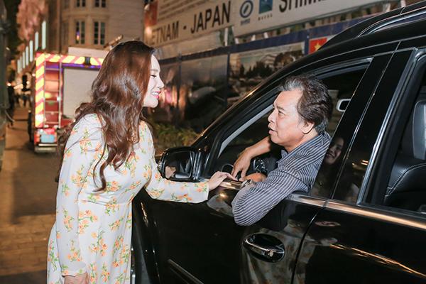 Ngay khi đưa con gái xuống xe, bố Hồ Quỳnh Hương không quên dặn dò và chúc cô biểu diễn thành công. Cô ân cần tạm biệt bố trước khi tiến vào khu vực biểu diễn.