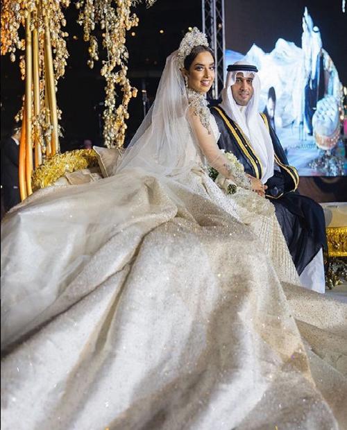 Balqees Fathi xuất hiện lộng lẫy trong bộ soiree lộng lẫy của nhà thiết kế Ảrập, Tima Abid. Các nghệ nhân đã dành 1.500 giờ để đính kết khoảng 24.000 mảnh kim cương lên bộ váy. Vương miện cô dâu cũng được gắn chi chít kim cương.